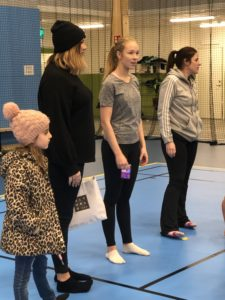 Enköpings lucia 2018 Ida Ågren lämnar över gåva till Enköpings SK Gymnastikförening.