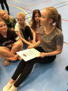 Enköpings lucia 2018 Ida Ågren med gåvan till Enköpings SK Gymnastikförening.