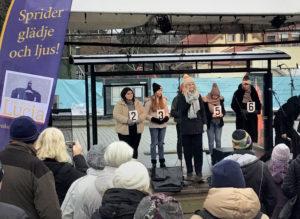 Kandidater till Enköpings lucia 2018 sjunger under Enköpings julmarknad.